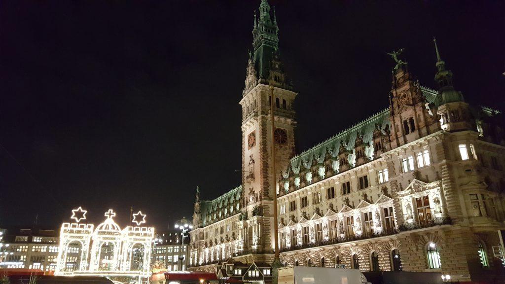 Prefeitura de Hamburgo e o portão do mercado de Natal (Weihnachtsmarkt) Turismo em Hamburgo