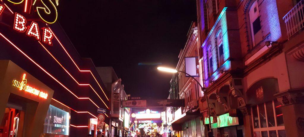 Saindo da rua Reeperbahn e entrando na Große Freiheit, um dos pontos mais famosos da noite de Hamburgo