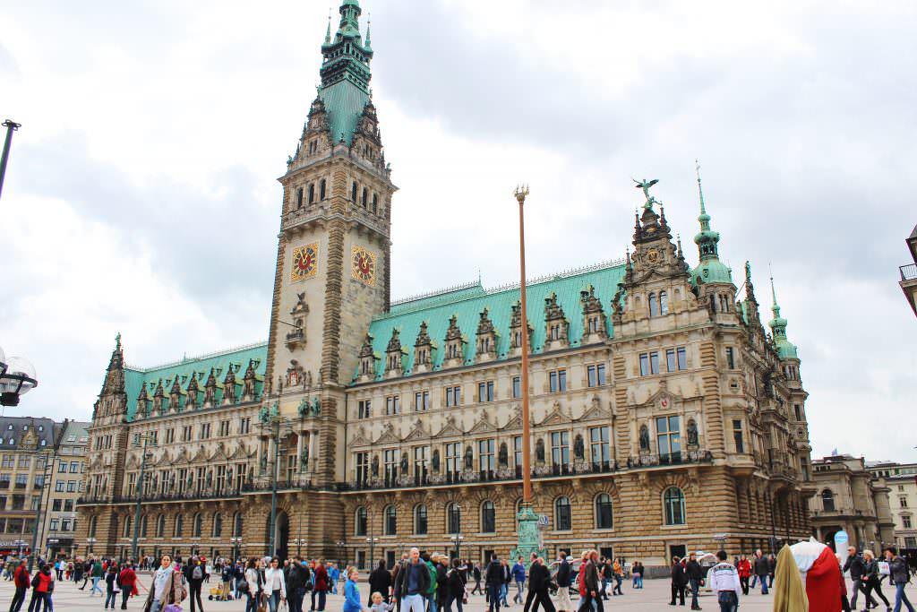 A prefeitura (Rathaus) vista da praça Rathausmarkt