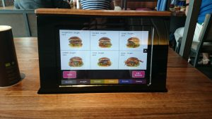 No Burgerlich o pedido é feito na mesa, direto na tela, com um cartão