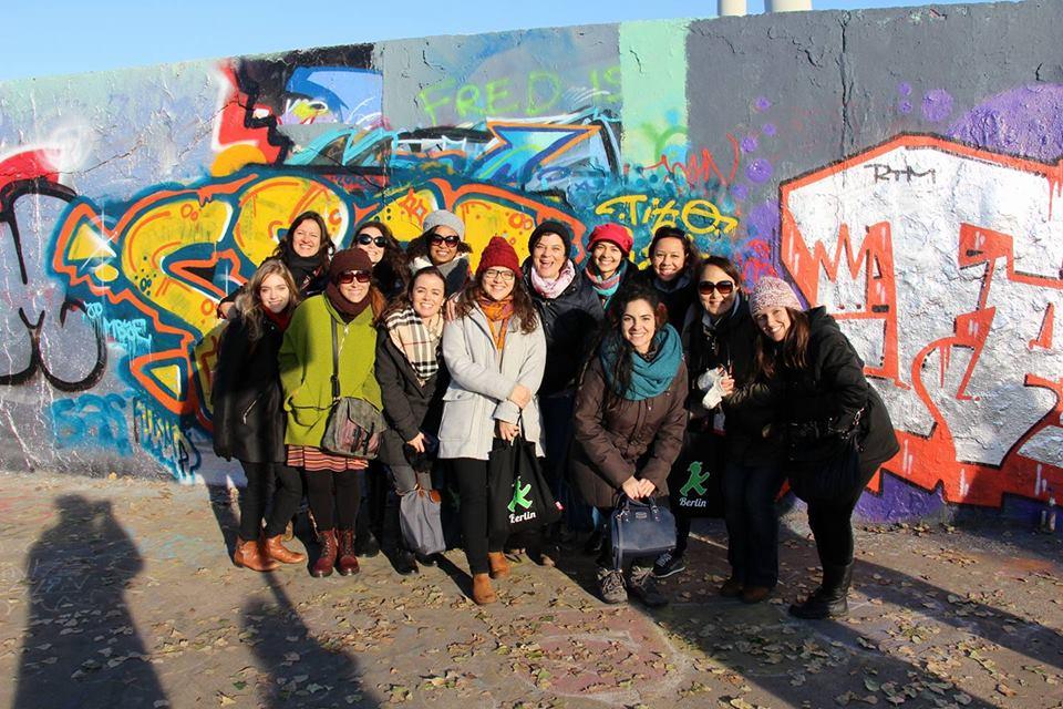 Pausa para a foto no Mauerpark, durante o passeio com a Nicole, do Agenda Berlim. Foto: Claudia Boemmels www.brasileiros-mundo-afora.com